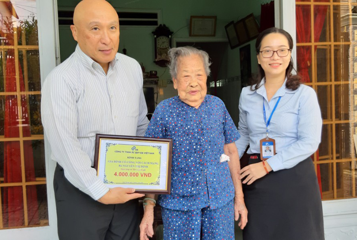 GS BATTERY VIETNAM VISITED AND GAVE THE GIFT TO VIETNAMESE HEROIC MOTHER ON THE ANNIVERSARY OF THE DAY OF WAR INVALIDS AND MARTYRS (JUL 27, 2019)